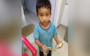 bambino investe un pulcino con la sua bicicletta e usa i suoi risparmi per portarlo in ospedale