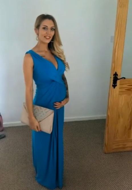 cane abbaia annusando la padrona incinta
