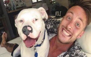 polizia irrompe in casa di un ragazzo per toglierli l'adozione del suo cane